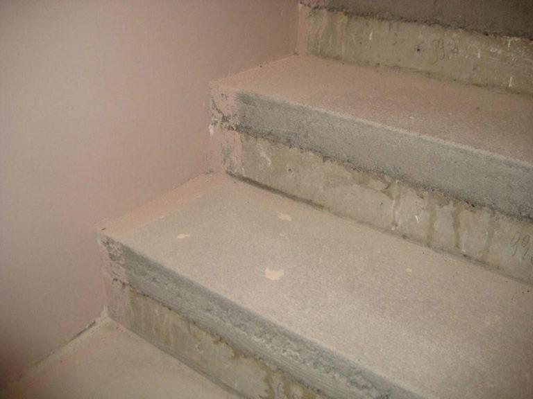 Treppe im Rohbau. Die falsche Treppenstufen-Höhe wurde von uns korrigiert