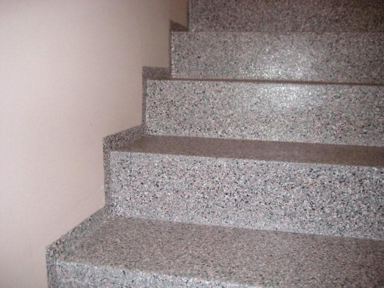 Nach der Korrektur der Stufenhöhe wurde unsere Kuststoff-Beschichtung in Steinoptik aufgebracht