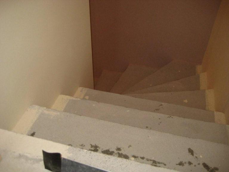Treppe mit neuer Stufenhöhe vor der Beschichtung