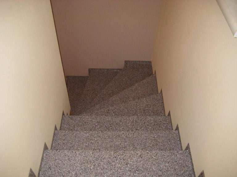 Fertige Treppe nach der Bearbeitung mit ausgearbeiteten Sockelbereichen