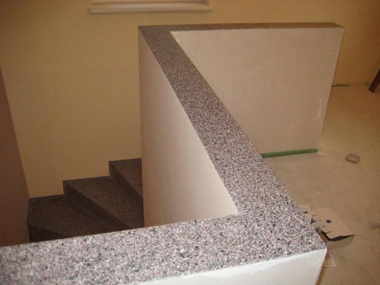 Brüstungsoberfläche passend zum Treppenbelag gestaltet