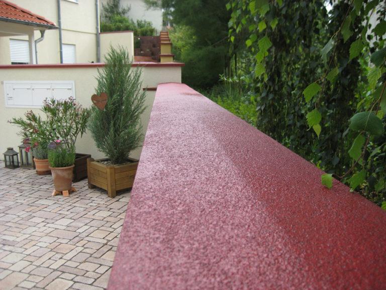 Abdichtung und farbliche Gestaltung der Abdeckplatten von Gartenmauern