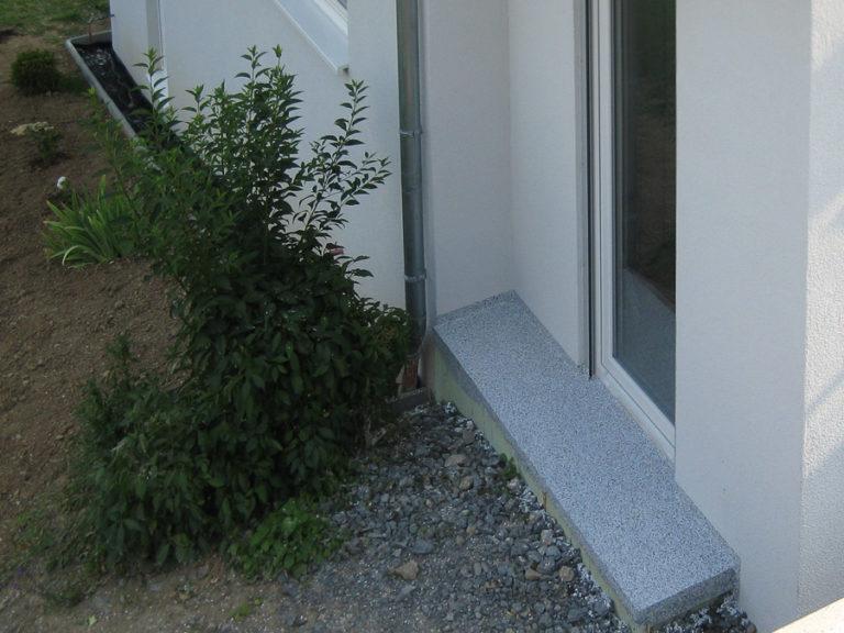 Auch Fensterbänke und Türschwellen können der gleichen Optik, wie der Balkon gestaltet werden
