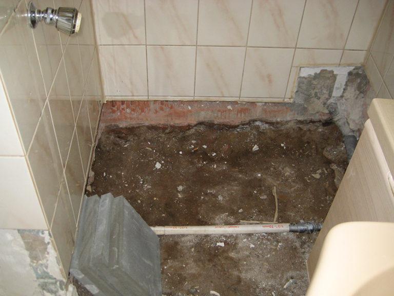 Auch die Duschwanne wurde bereits entfernt 2