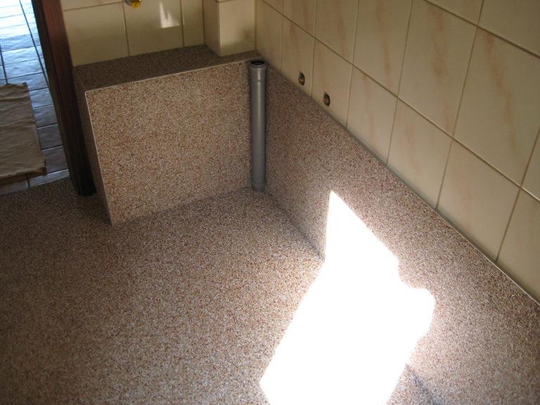 Auf die vorbereiteten Boden- und Wandflächen wurde der Steinchenteppich aufgetragen und wasserfest versiegelt 5