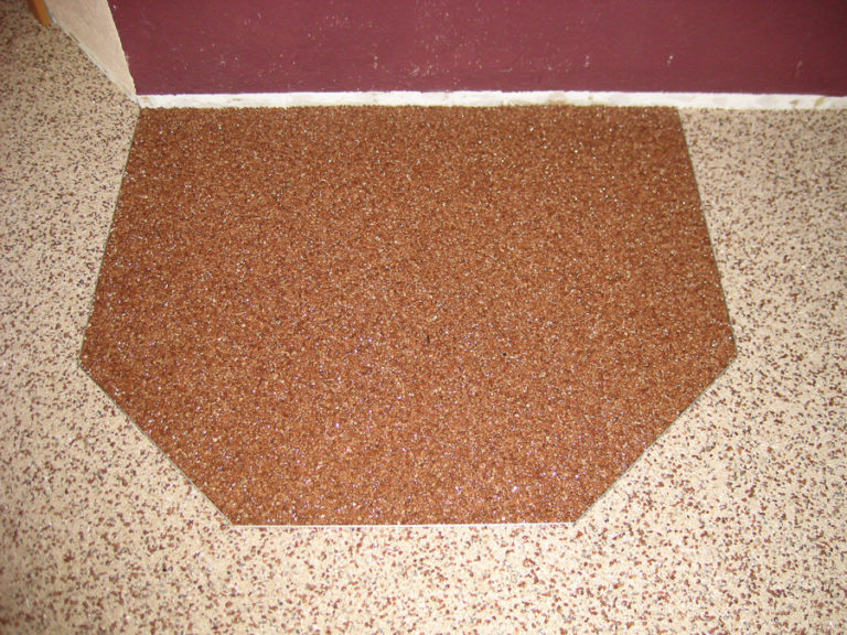 Aufgrund der Unempfindlichkeit gegen Hitze kann der Steinchenteppich zum Absetzen der Feuerstelle genutzt werden
