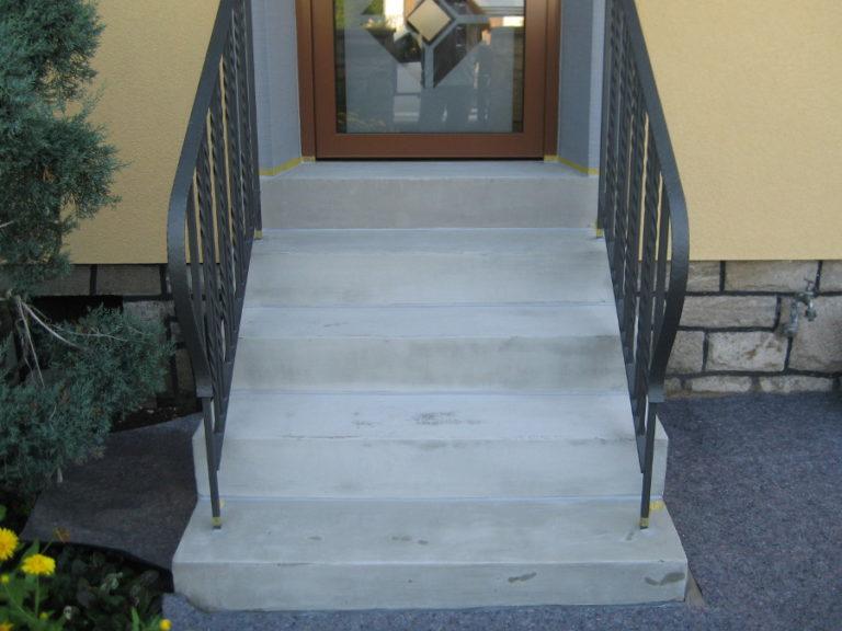 Ausgetretene und ausgewaschene Kunststein-Treppe nach dem Spachteln