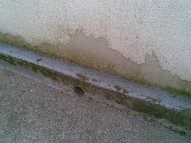 Balkon mit Bodenschäden und Brüstungsschäden vor der Sanierung