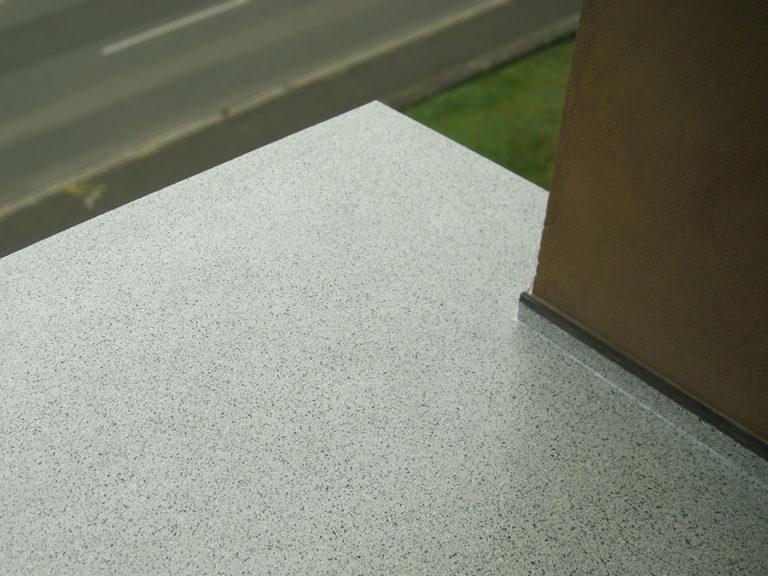 Balkonbeschichtung in Granit-Optik auf dem vorhandenen Fliesenbelag aufgebracht
