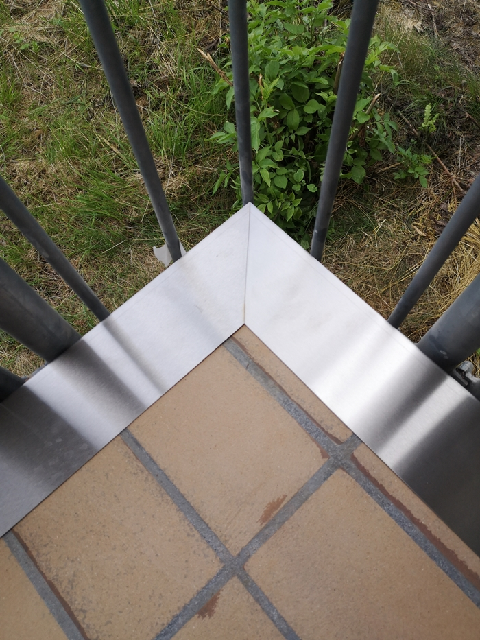 Balkondraufsicht mit Abschlussblechen Oberseite wird in die beschichtung eingearbeitet nur Stirnkanten Sichtbar