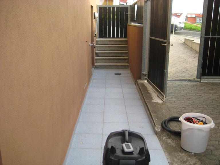 Beschädigter Zugangsweg und Außentreppe vor der Beschichtung
