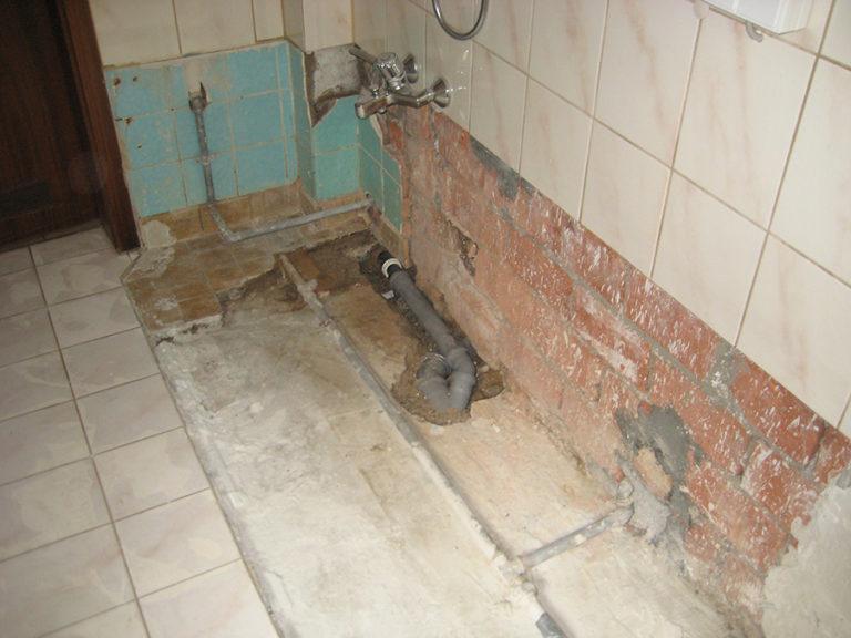 Das Badezimmer soll neu gestaltet werden - gleichzeitig wird Platz geschaffen um neuen Anforderungen gerecht zu werden. Die Badewanne ist entfernt 1