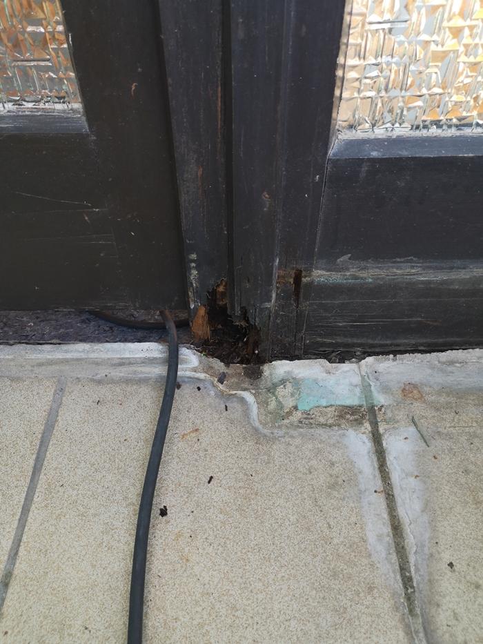 Defekter Fensterrahmen vor der Beschichtung eigentlich nicht mehr zu retten
