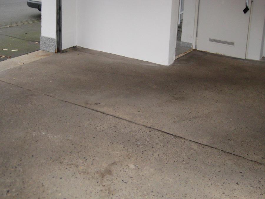 Der alte Garagenboden war bereits angegriffen. In der Fuge sammelte sich schwer zu reinigender Schmutz