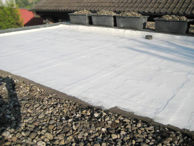 Die Dachhälfte wurde zweifach mit speziellen, wiederstandsfähigen Kunststoff abgedichtet. Dieser verschließt alle Poren und Risse dauerhaft gegen eindringende Feuchtigkeit