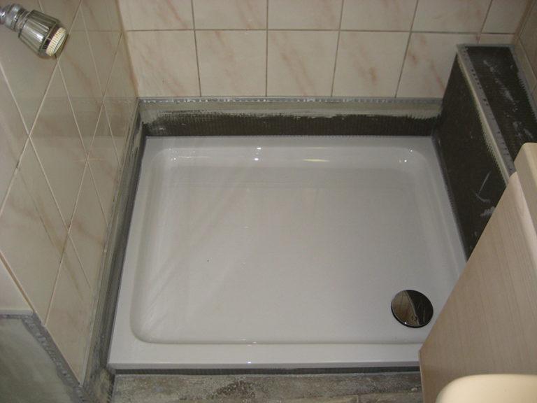 Die neue, viel flachere Duschwanne wurde gesetzt. Auch hier sind die Abschlußleisten bereits angebracht 4