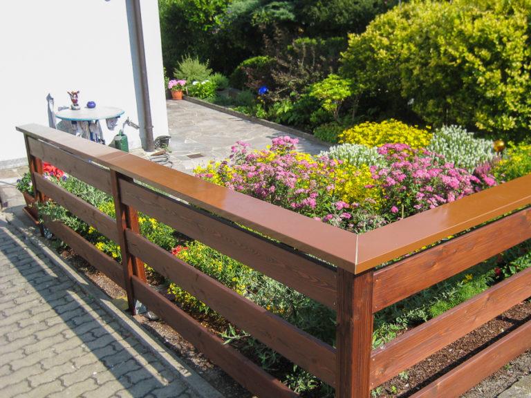 Die pulverbeschichtete Bleckabdeckung schützt den Gartenzaun gegen Witterungseinflüsse
