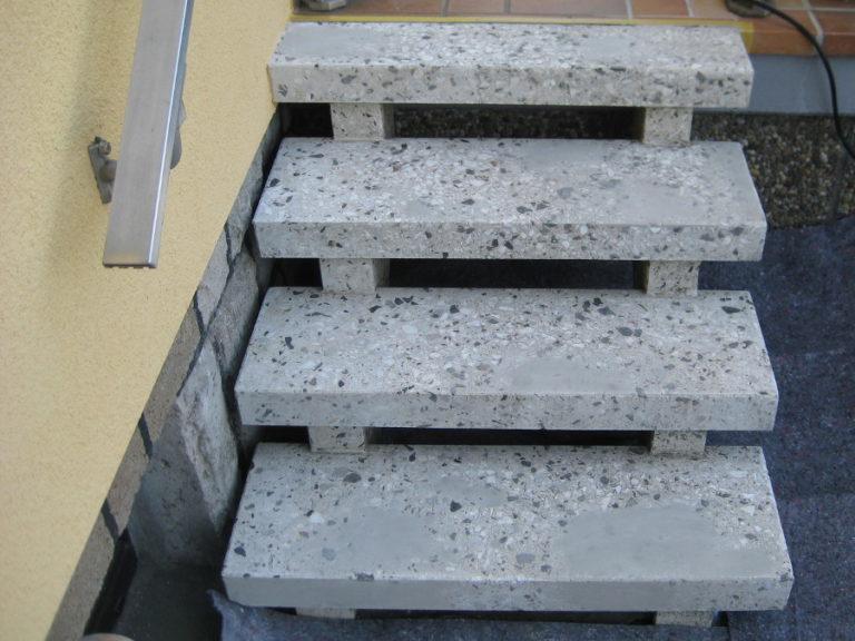 Durch Frostschäden beschädigte Treppe vor der Sanierung