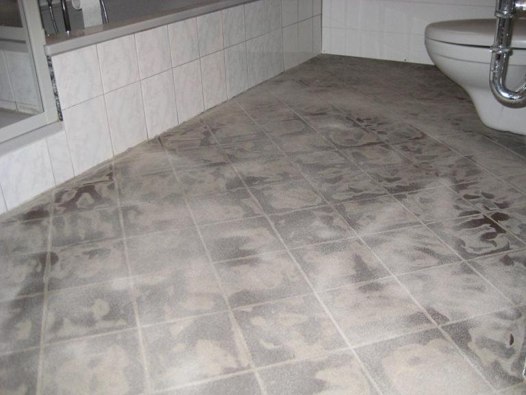 Ein Badezimmer soll einen Steinchenteppich erhalten. Die vorhandenen Fliesen sind bereits vorbereitet