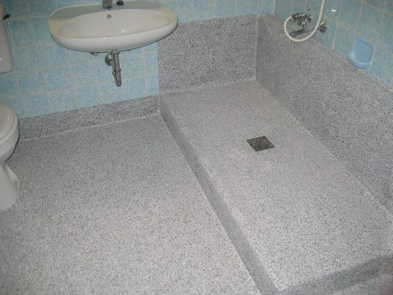 Ein großzügiger Duschbereich ist entstanden. Die Steinchen fühlen sich angenehm an und bieten Halt