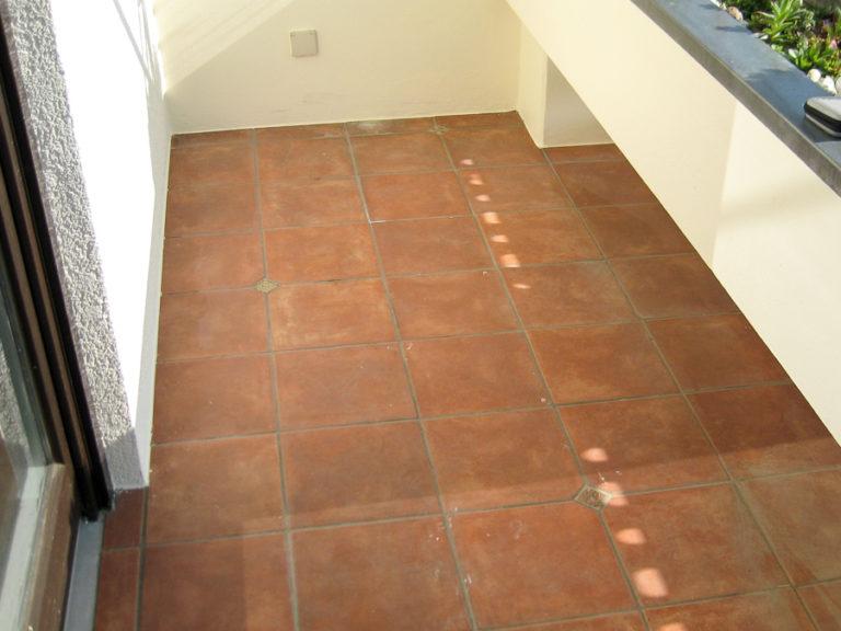Ein neuer Terassenboden samt Sockelbereich soll aufgetragen werden