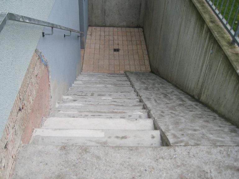 Eine arg mitgenommene Treppe eines Altenheims