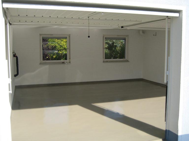 Einfarbiger Garagenboden in einer Neubau-Garage