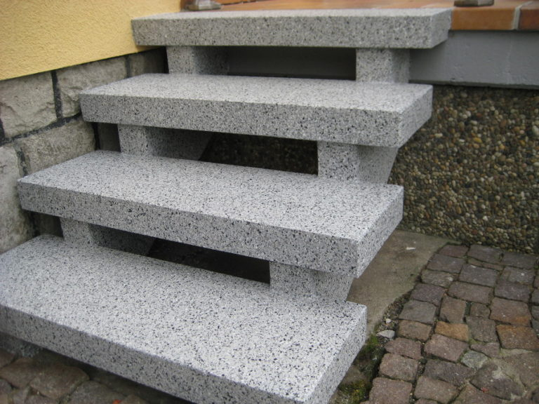 Fertige Treppensanierung inklusive Seitenwangen, nach der Neubeschichtung