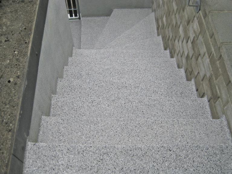 Fertiger Treppenbelag in einer leicht rauen Oberfläche - rutschfest versiegelt