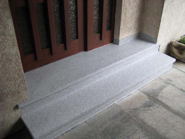 Frostausbrüche auf der Eingangstreppe beseitigt - Hier der fertige Oberflächenbelag. Jetzt frostsicher und wasserdicht