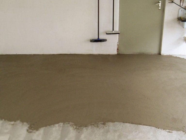 Garagenboden wird vorbereitet - Auftragen der Spachtelmasse