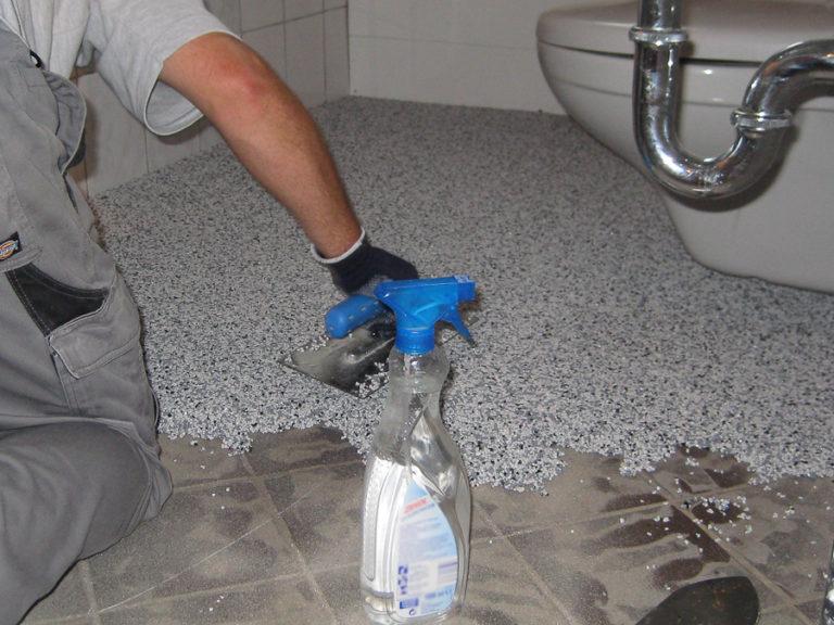 Hier wird der Steinchenteppich aufgetragen. Unsere Spezialisten arbeiten akurat und sorgen für eine gleichmäßige Oberfläche