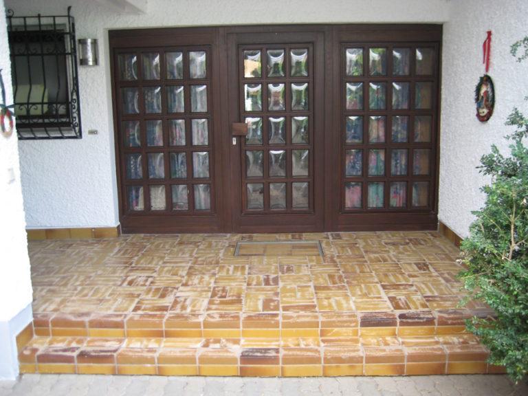 In die Jahre gekommener Eingangsbereich vor der Renovierung