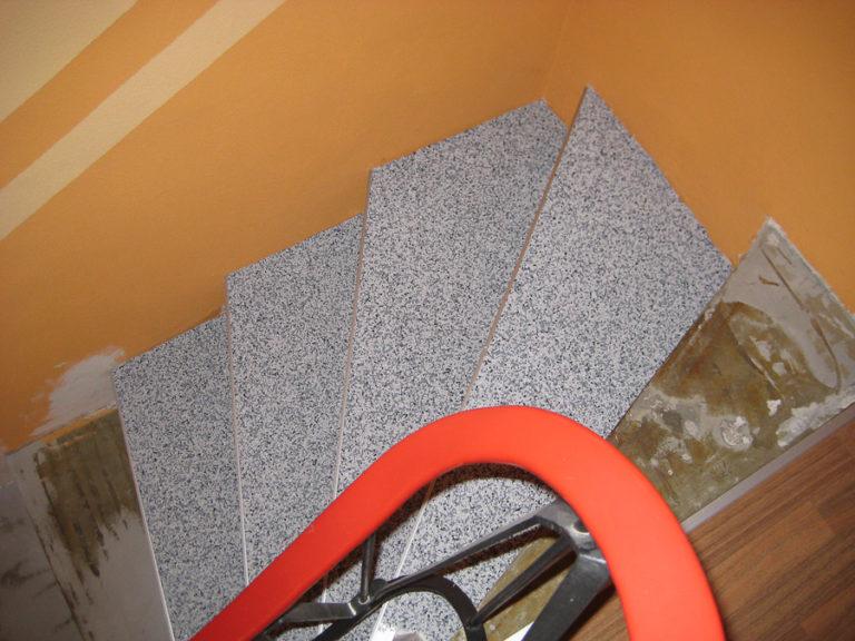 Mit dem Steinchenteppich und den Abschlußschienen entsteht eine hochwertig und sicher begehbare Treppe