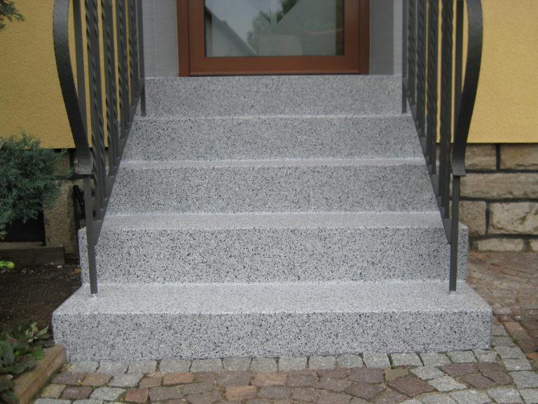 Nach der Sanierung sind alle ausgewaschenen und ausgetretenen Stellen nachhaltig entfernt. Die Oberflächenversieglung schützt die Treppe nun vor Frost und Wasser