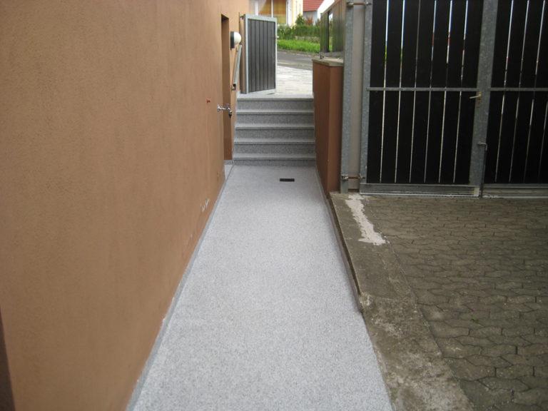 Nach der abgeschlossenen Beschichtung sind Zugangsweg und Treppe optisch miteinander verbunden