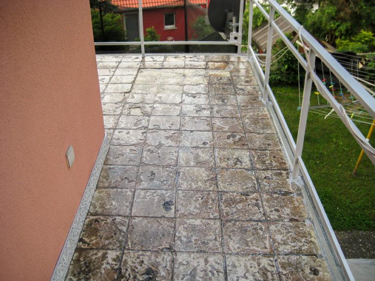 Sichtbare defekte an den Fliesen und der durchfeuchtete Boden machen eine Renovierung notwendig