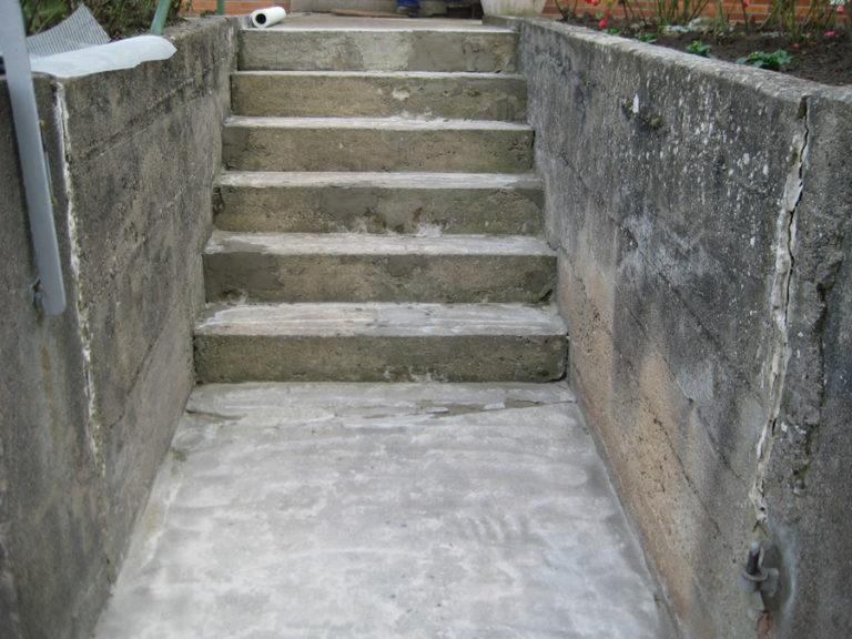Stark beschädigte Eingangstreppe vor der Renovierung
