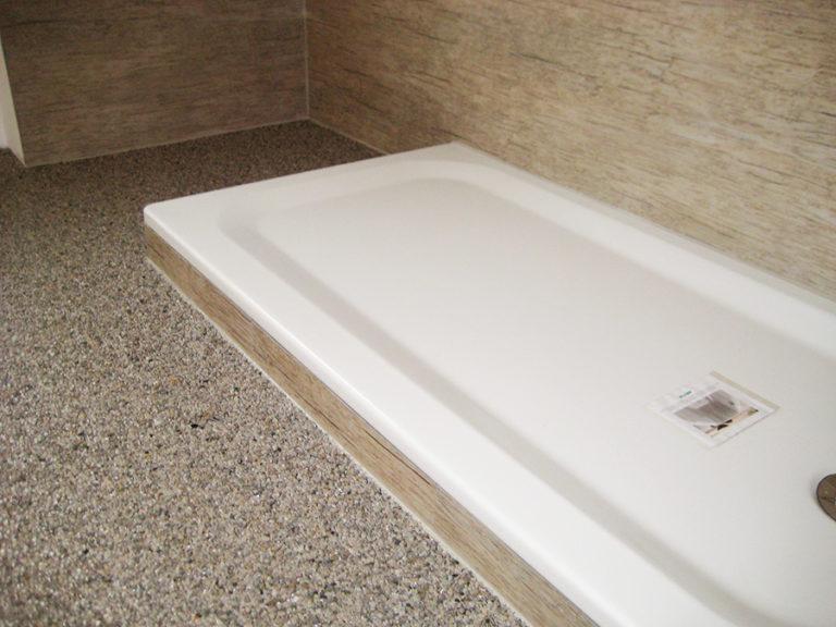 Steinteppich mit der darunter befindlichen Abdichtung auf der gesamten Bodenfläche aufgebracht