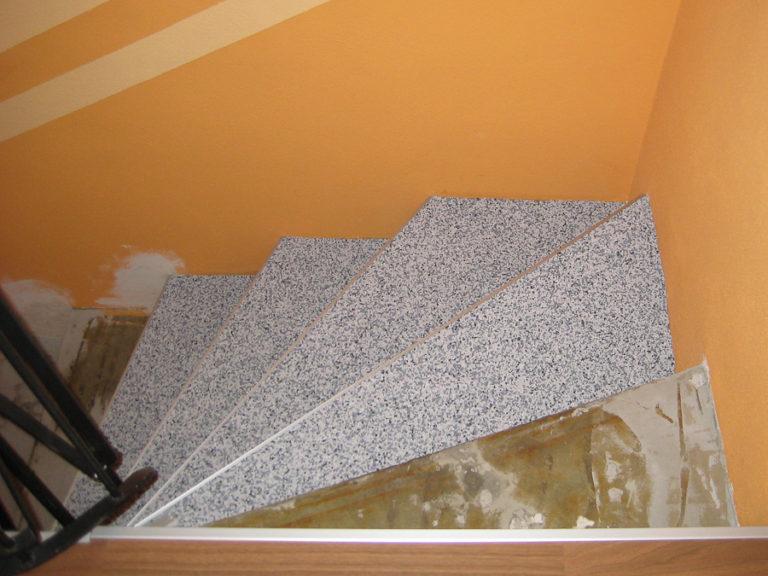 Treppe bei der Verlegung des Natursteinteppichs