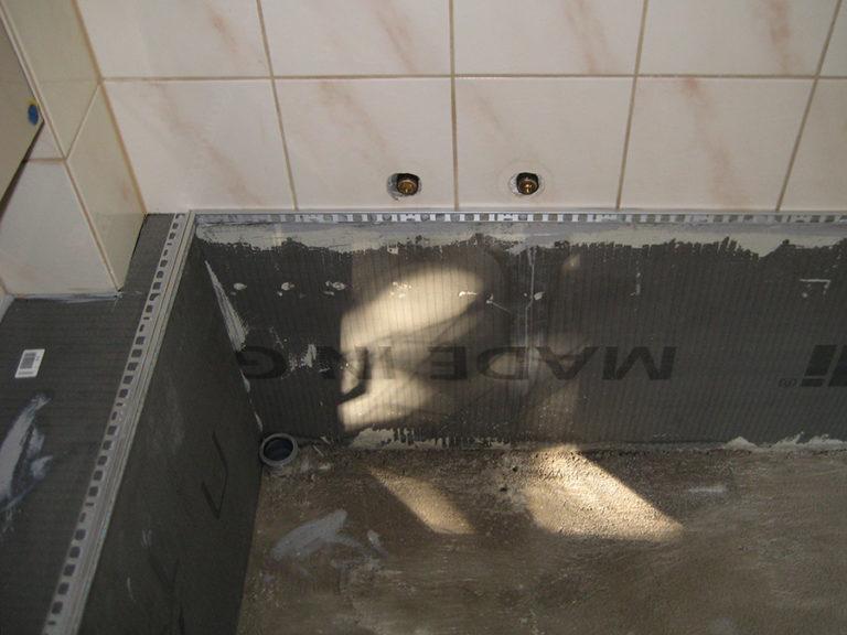 Verkleidung der Rohre und Leitungen. Vorbereitung der Abschlußleisten für den Steichteppich 3
