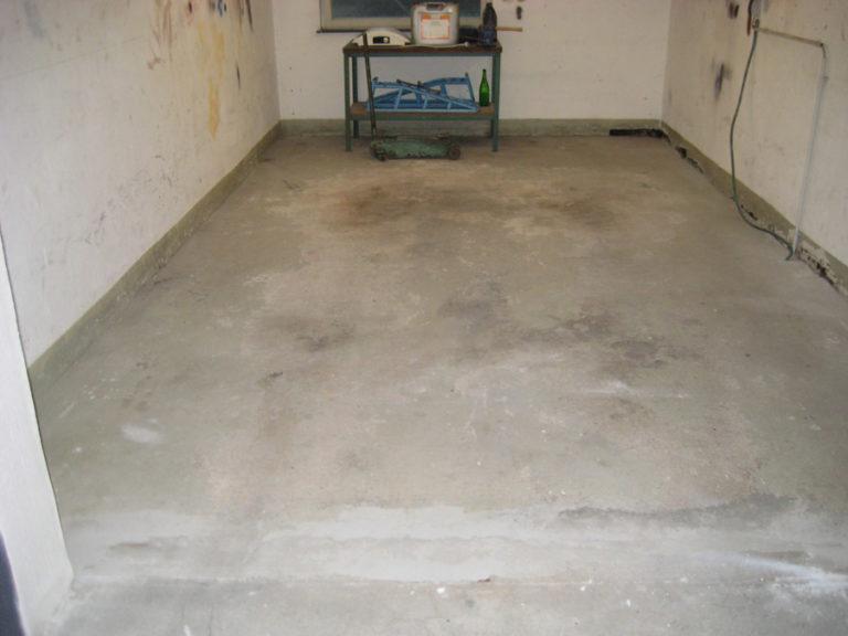 Verschlissener Garagenboden vor der Abdichtung