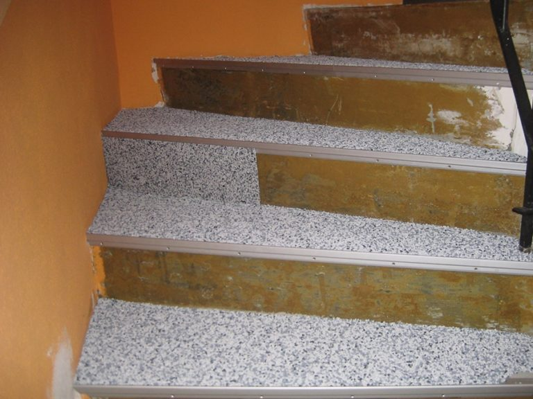 Waagrechte und senkrechte Flächen werden gleichermassen mit dem Marmorbelag überarbeitet