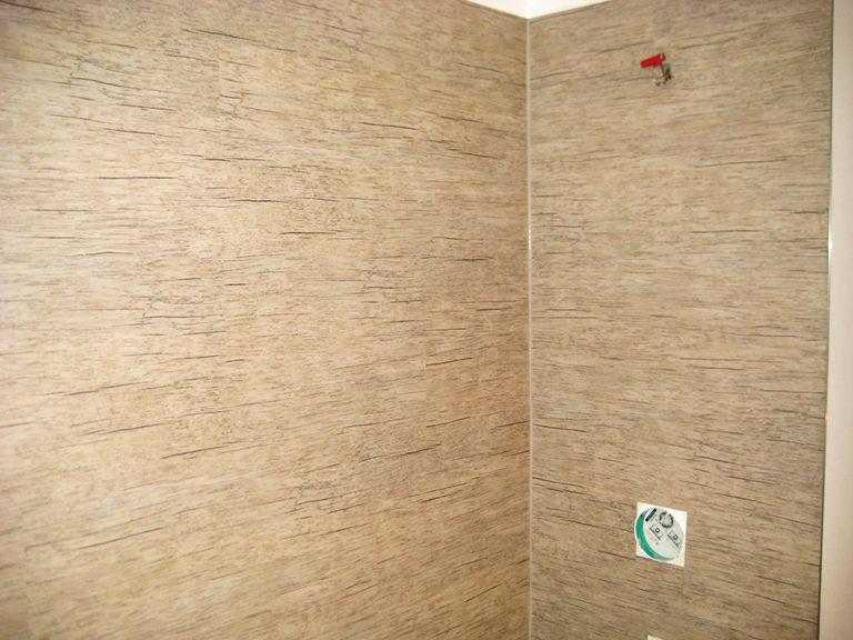 Wandflächen im Duschbereich, wasserdicht versiegelt und mit Designbelag verkleidet
